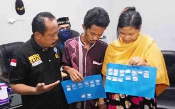 Kepala BNN Kota Palangka Raya, Muhammad Soedja'i menginterogasi dua pasutri pengedar sabu yang telah ditangkap