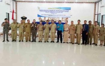 Staf Ahli Bupati Gumas Salampak Haris (tengah) menyempatkan foto bersama dengan pejabat saat Training Of Trainer (ToT) Bagi Fasilitas PPRG di GPU Damang Batu, Kuala Kurun, Selasa (5/12/2017)