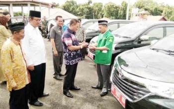 Bupati Lamandau, Marukan, saat menyerahkan kunci kendaraan kepada pengurus PC GP Ansor Lamandau, yang dipilih pemkab sebagai salahsatu penerima Hibah tahun 2017, Selasa (5/12/2017)