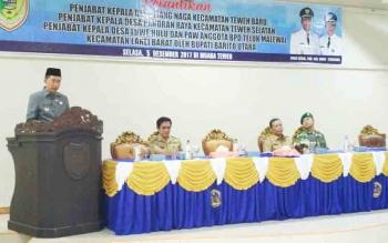 Bupati Barito Utara Nadalsyah menyampaikan sambutan pada pelantikan tiga penjabat kepala desa dan satu PAW anggota BPD, Selasa (5/12/2017).