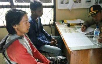 Kedua pemuda yang diringkus Satpol PP Kobar di Kawasan Pangkalan Bun Park, Selasa (5/12/2017)