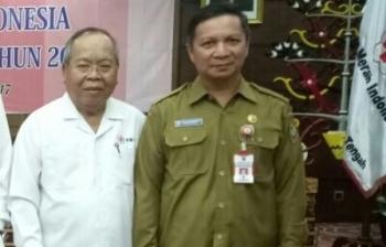 Suhaemi (kanan) bersama ketua PMI Kalteng yang lama, Nahson Taway.