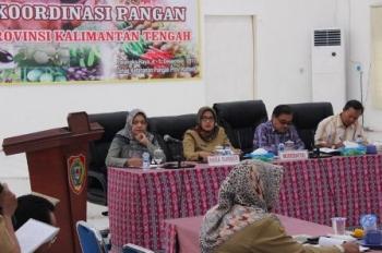 Kepala DKP Kalteng Sunarti (dua kiri) saat diskusi mengenai strategi ketahanan pangan di Aula DKP, Kota Palangka Raya, Selasa (5/11/2017).