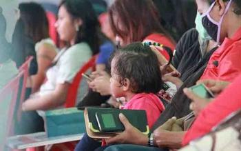 Seorang anak kecil turut hadir di tengah deklarasi penutupan lokalisasi Pal 12 Sampit.