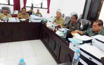 Pembahasan APBD 2018 di ruang rapat DPRD Kabupaten Gunung Mas, Selasa (5/12/2017)