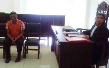 Radi (rompi orange), sopir truk sekolah terdakwa kasus pencabulan.
