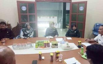Anggota DPRD Provinsi Kalteng saat menerima masukan dan aspirasi di ruang rapat Kantor Bupati Sukamara.