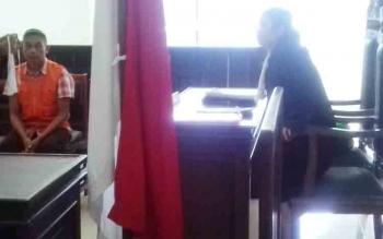 Radi (rompi orange), sopir truk sekolah yang menjadi terdakwa kasus pencabulan.