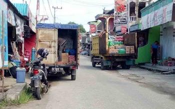 Aktivitas bongkar muat barang di Jalan Sangkurun, Kuala Kurun, Kabupaten Gunung Mas, Rabu (6/12/2017).