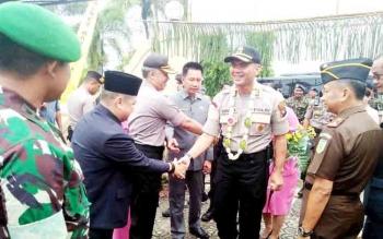 Ketua DPRD Kabupaten Barito Utara Set Enus Y Mebas menyalami Kapolres AKBP Dostan Matheus Siregar pada acara penyambutan, Selasa (5/12/2017).