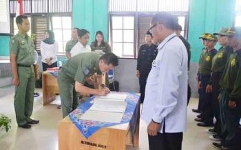 Bupati Barito Utara Nadalsyah saat mendandatangani nota pembentukan Satlinmas Desa se-Kecamatan Gunung Timang, Rabu (6/12/2017).