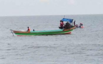 Sejumlah petugas proyek saat mengerjakan sabuk pantai di Pantai Ujung Pandaran, Desa Ujung Pandaran, Kecamatan Teluk Sampit.