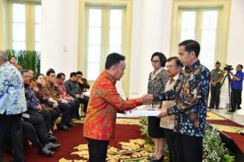 Gubernur Kalteng Sugianto Sabran menerima DIPA dari Presiden Joko Widodo di Istana Bogor, Rabu (6/12/2017).