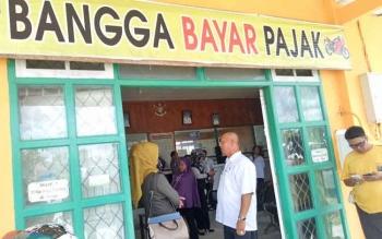 Anggota DPRD Provinsi Kalteng saat berkunjung ke Kantor Samsat Sukamara.
