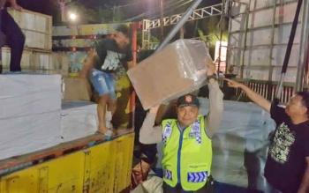 Sejumlah anggota Polres Kotim saat mengangkut dus berisi zenith dari atas truk.