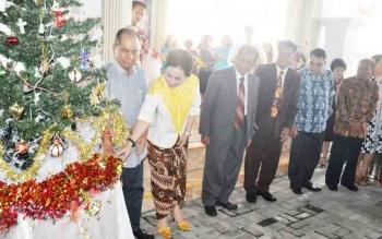 Bupati Kapuas Ben Brahim S Bahat didampingi Ary Egahni S Bahat menyalakan tombol pohon terang saat perayaan Ibadah Natal lingkungan VII Jemaat GKE Selat.