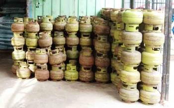 Elpiji 3 Kilogram yang ada di pangkalan saat ini terbilang langka karena keterlambatan pasokan.