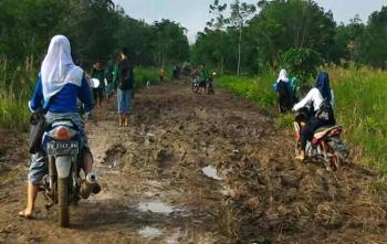 Beberapa siswa SMA sangat kesulitan untuk bisa melewati jalan yang rusak di Dadahub, Kabupaten Kapuas