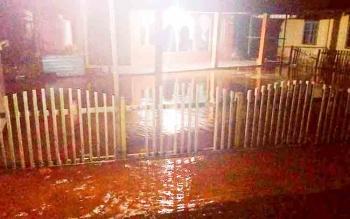 Kondisi luapan air sungai di Desa Palingkau, Kecamatan Kapuas Murung, Kamis (7/12/2017).