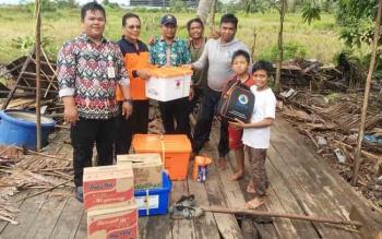 Wiyadi dan jajarannya foto bersama seusai menyerahkan bantuan kepada Nanang Hadirman (28) yang merupakan korban angin puting beliung.