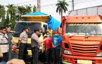 Kapolres Kotim AKBP Muchtar Supiandi Siregar bersama anggotanya saat mengintrogasi kedua sopir truk yang mengangkut obat zenith, Kamis (7/12/2017).
