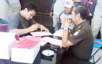 Yoris Adi Saputra tersangka kasus perbankan saat diperiksa jaksa.