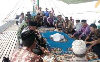 Bupati Sukamara, Ahmad Dirman menghadiri syukuran laut di Kecamatan Pantai Lunci.