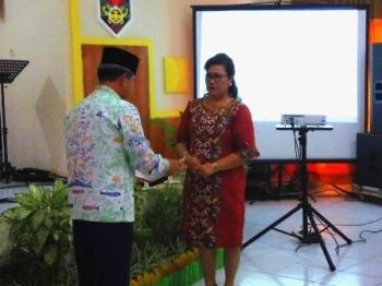 Wali Kota Palangka Raya Riban Satia menyerahkan akta kematian perdana hasil dari penggunaan aplikasi website sayacintapalangkaraya.com/danum, Kamis (7/12/2017).