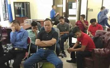 Sejumlah warga yang mengaku menjadi korban penipuan, saat mengadu ke Dinas Pemadam Kebakaran dan Penyelamatan Kotim.