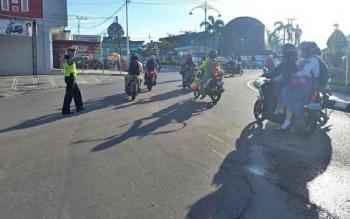 Kasat Lantas Polres Barito Utara AKP Marsono beserta anggotanya langsung turun melakukan penertiban lalu lintas pada lokasi rawan laka dan macet, Jumat (8/12/2017)