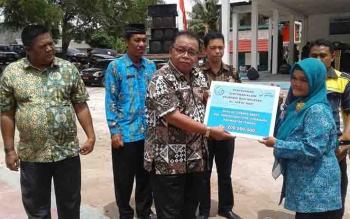 Bupati Sukamara Ahmad Dirman menyerahkan santunan kepada keluarga nelayan yang tertimpa musibah.