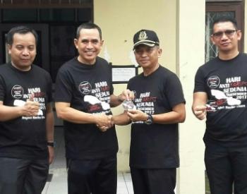 Inspektur Barito Utara Elpi Elpanop bersama Kajari Basrulnas serta jajarannya mengenakan baju bertuliskan hari inti korupsi sedunia.