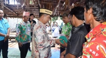Bupati Kapuas Ben Brahim S Bahat memberikan bantuan secara simbolis kepada perwakilan empat kelompok nelayan di Desa Sei Jangkit, Kecamatan Bataguh, Jumat (8/12/2017).