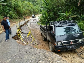 Jalan Muara Teweh–Benangin, Kabupaten Barito Utara, rusak parah di Km 46,7.