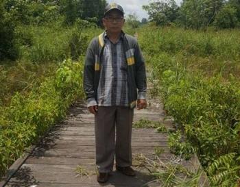 Anggota DPRD Kabupaten Barito Utara Abri saat meninjau dan melakukan kunjungan kerja ke Desa Sikan, beberapa waktu lalu.