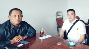 Ketua Komisi III DPRD Kabupaten Kapuas, Kunanto (Kiri) saat berdiskusi dengan anggotanya Rommy Adam (kanan) di ruang Komisi III DPRD Kabupaten Kapuas.