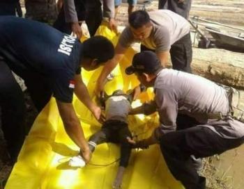 Jasad korban laka air, Mohamad Al Azzka saat dievakuasi dari Sungai Tumpung Laung II