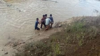 Jasad Gusdur saat ditemukan oleh warga di daerah Water Front City Muara Teweh, Sabtu (9/12/2017).