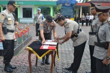 Kapolres Barut, AKBP Dostan Matheus Siregar SIK saat memimpin sertijab di Halaman Mapores Barut, Sabtu (9/12/2017)