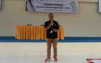 Stevanus Cahyanto dari Bursa Efek Indonesia, salah satu narasumber dalam sekolah pasar modal Untama.
