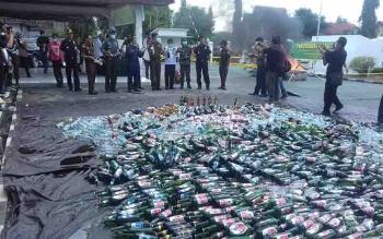 Pemusnahan miras di kantor Kejaksaan Negeri Kotim.
