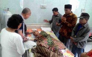 Ketua PWI Kalteng, Sutransyah bersama panitia Natal PWI, mengunjungi wartawan senior yang terbaring di RSUD Doris Sylvanus.