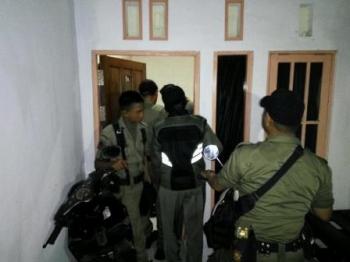 Petugas Satpol PP kota Palangka Raya mengecek penghuni barak di Jalan Temanggung Jayakarti, Jumat (8/12/2017).