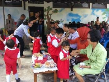 Murid taman kanak-kanak menyalami Wali Kota Palangka Raya Riban Satia beserta istri dan guru saat peresmian Taman Bermain Anak Kuncup Melati Putih, Sabtu (9/12/2017).