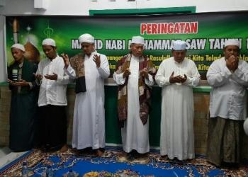 HM Syairi bersama Al Habib Zainal Abidin Muhsin Al Hinduan dan tokoh agama lainnya saat Maulid Nabi Muhammad Saw di Desa Sungai Damar, Kecamatan Jelai, Kabupaten Sukamara, Sabtu (9/12/2017).