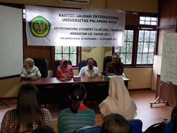 Guru Besar Universitas Palangka Raya Sulmin Gumiri (kanan) menutup kegiatan pembekalan outstanding student club training di rektorat UPR, Sabtu (9/12/2017).