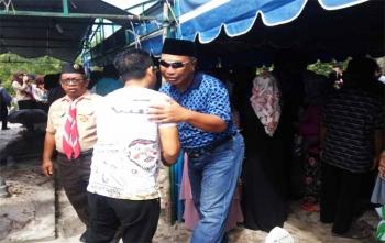 Wakil Wali Kota Palangka Raya, Mofit Saptono Subagio ketika melayat sahabatnya, almarhum Wawan Berlinson di TPU Jalan Tjilik Riwut Km 12, Palangka Raya, Minggu (10/12/2017)\\r\\n
