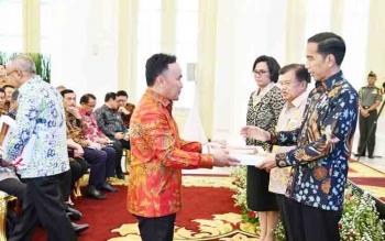 Gubernur Sugianto saat menerima DIPA dari Presiden Jokowi di Istana Bogor pekan lalu. Besok, Gubenrur menindaklanjutinya dengan menyerahkan DIPA kepada Bupati dan walikota