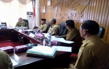 Walikota Palangka Raya, Riban Satia memimpin rapat persiapan seminar pemindahan Ibukota RI, Senin (11/12/2017)
