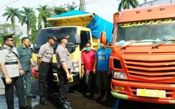 Para Perwira Polres Kotim (seragam polisi) bersama dua orang sopir truk (baju biru dan merah) berisi zenith saat diamankan di Mako Polres Kotim
